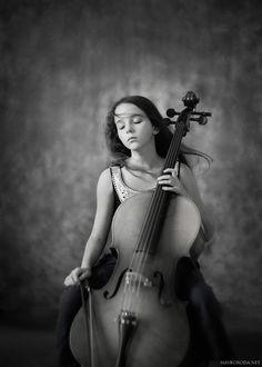Фото Девочка, закрыв глаза, положила руку на струны контрабаса, держа в другой руке смычок, by by Alina Mayboroda