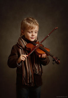 Фото Портрет мальчика в полосатом шарфе, играющего на скрипке, by Alina Mayboroda