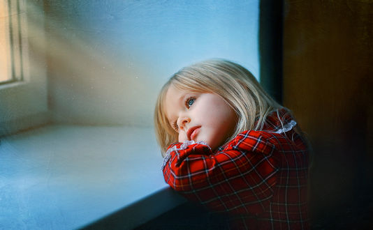Фото Девочка положила говуву на подоконник, фотограф Инна Сухова