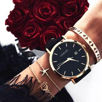 Фото На руке девушки часы и браслеты, а также рядом букет темно-красных роз