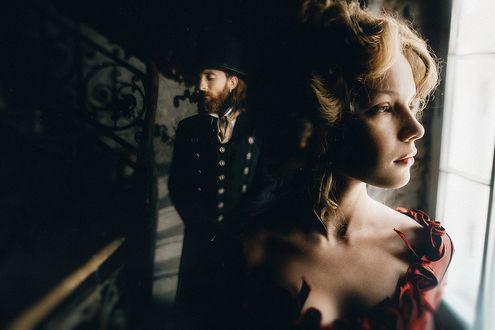 Фото Девушка стоит у окна, а за ней мужчина, фотограф Дмитрий Рогожкин