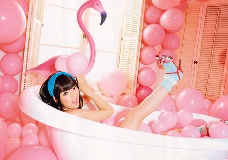 Фото Японская певица Мичишиге Саюми / Michishige Sayumi купается в ванне с розовыми шариками