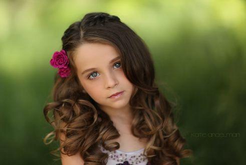 Фото Красивая девочка с розами в волосах на размытом летнем фоне, by Katie Andelman