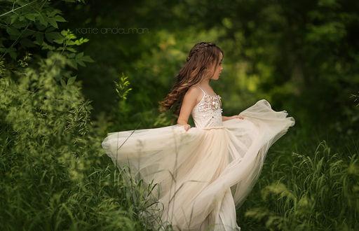Фото Красивая девочка в легком длинном белом платье идет по траве, by Katie Andelman