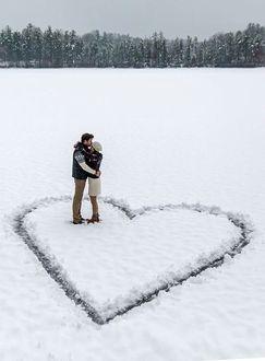 Фото Парень обнимает девушку на снегу в форме сердца