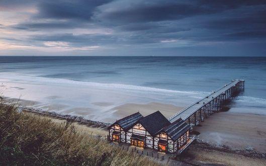 Фото На побережье стоит один единственный дом, имеющий свою пристань
