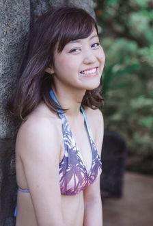 Фото Японка Хагивара Май / Hagiwara Mai, участница группы C-ute, стоит у ствола дерева в купальнике