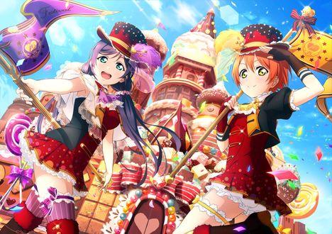 Фото Нодзоми Тоджо (Тодзе) / Nozomi Tojo и Рин Хошидзора / Rin Hoshizora из аниме Живая любовь / Love Live стоят у входа в пряничный домик с флагами