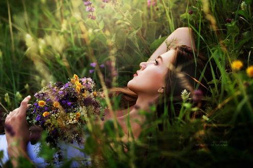 Фото Красивая девушка лежит в траве с букетом луговых цветов. Фотограф Наталья Меньтюгова