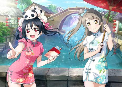 Фото Niko Yazawa / Нико Ядзава и Kotori Minami / Котори Минами из аниме Love Live! / Живая любовь! стоят у реки в китайских национальных платьях