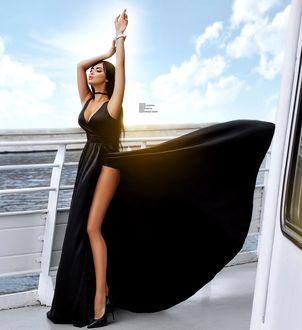 Фото Модель Нита Кузьмина в черном платье на корабле