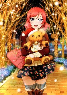 Фото Nishikino Maki / Нишикино Маки из аниме Love Live! / Живая любовь стоит обнимая медведя в парке, где деревья украшены гирляндами