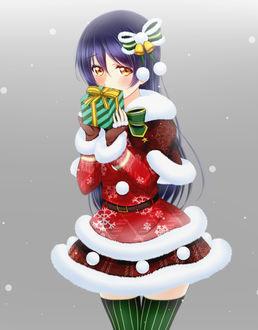 Фото Sonoda Umi / Сонода Уми из аниме Love Live! / Живая любовь одетая в новогодний костюм держит в руке подарок