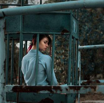 Фото Красивая грустная веснушчатая девушка сидит в старой ржавой карусели. Фотограф Дмитрий Бегма