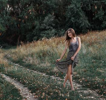 Фото Девушка веселая идет по лесной дороге, усыпанной осенними листьями. Фотограф Дмитрий Бегма