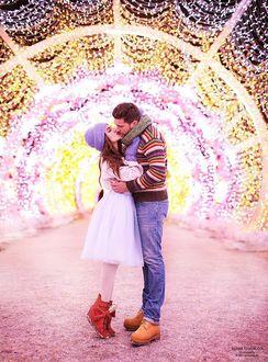 Фото Мужчина с девушкой целуются на фоне гирлянд, фотограф Алена Горская