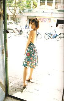 Фото Японская певица Абе Натсуми / Abe Natsumi в цветастом платье на фоне города