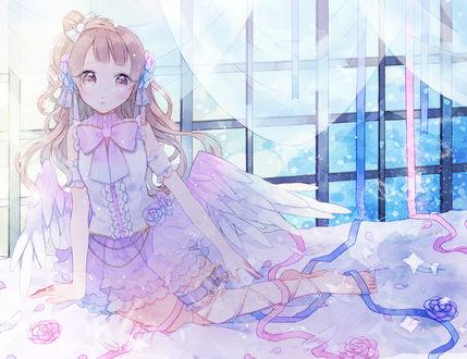 Фото Котори Минами / Kotori Minami мз аниме Живая Любовь / Love Live сидит на полу в образе ангела