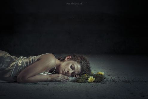 Фото Девушка лежит на земле перед желтыми цветами, by silvia-giuli