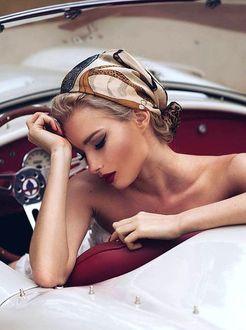 Фото Девушка с платком на голове сидит в авто