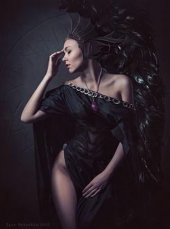 Фото Девушка красивая в стиле готическом с закрытыми глазами с кулоном на шее, с обнаженным бедром. Фотограф Игорь Волошин