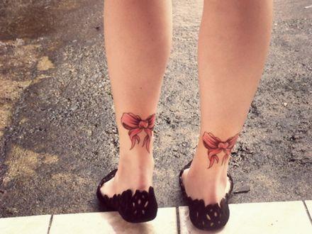 Фото Красивые женские ножки с татуировками бантиков