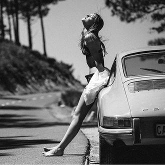 Фото Девушка стоит на дороге у авто