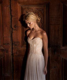Фото Модель Emily Senko / Эмили Сенко в белом платье с опущенной головой в свадебной фотосессии для Bazaar Latin America Bride 2015, фотограф Tigre Escobar / Тайгр Эскобар