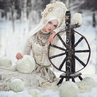 Фото Девушка в национальном наряде рядом с веретеном сидит на снегу, фотограф Margarita Karevа
