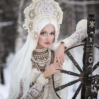 Фото Девушка в национальном наряде рядом с веретеном, фотограф Margarita Karevа