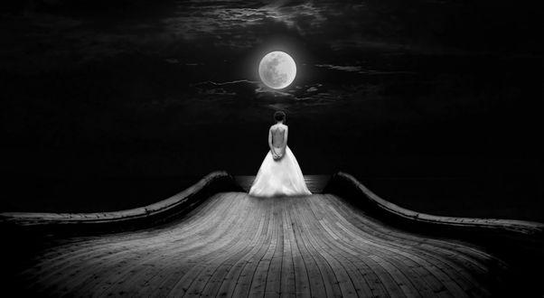 Фото Девушка стоит на дороге на фоне полной луны, фотограф Nikos Bantouvakis