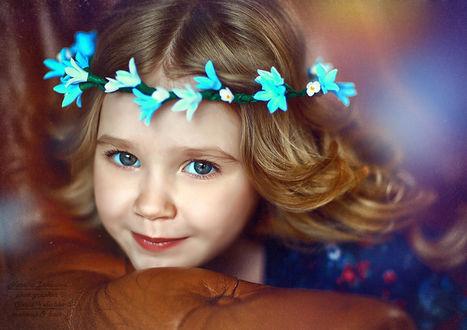Фото Девочка красивая голубоглазая в венке из колокольчиков, нежно улыбается. Фотограф Наталья Законова