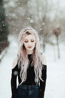 Фото Девушка под снегопадом, работа Snowing, by thefirebomb on DeviantArt