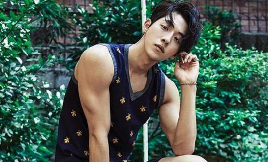 Фото Южнокорейский актер и модель Нам Чжу Хек / Nam Joo Hyuk (남주혁) на фоне зелени