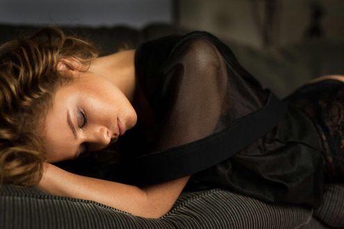 Фото Модель Юлия Ярошенко в черном платье