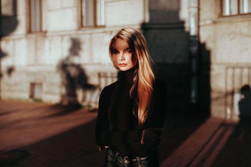 Фото Девушка стоит на фоне дома, фотограф Alexander Kuzmin