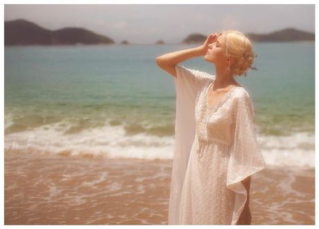 Фото Девушка стоит на фоне моря, фотограф Vivienne Mok