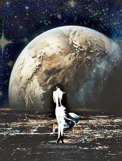 Фото Девушка стоит на фоне планеты