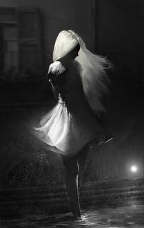 Фото Девушка с длинными волосами cтоит в воде, by Shawn Lin