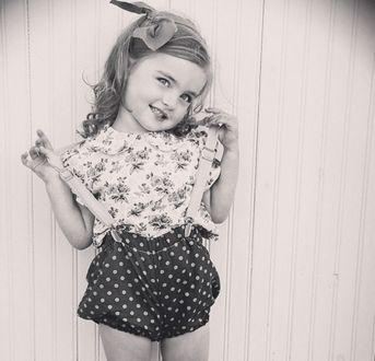 Фото Девочка в шортиках в горошек