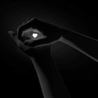 Фото В руках девушки маленькое сердечко