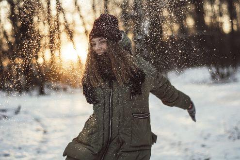 Фото Радостная девушка на фоне зимней природы, фотограф Алена Болгова