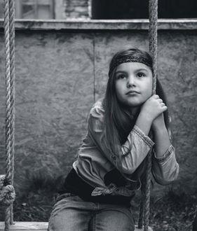 Фото Девочка Хиппи на качелях