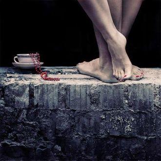 Фото Ножки девушки и парня стоят рядом с чашкой утреннего кофе