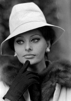 Фото Софи Лорен в белой шляпке