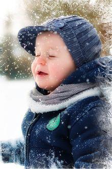 Фото Мальчик на фоне падающего снега