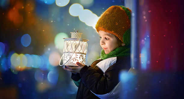Фото Мальчик на цветном фоне с фонариком