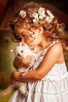 Фото Девочка в белом платье и белым котенком в руках