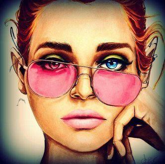 Фото Девушка в сдвинутых набок розовых очках, с разного цвета глазами