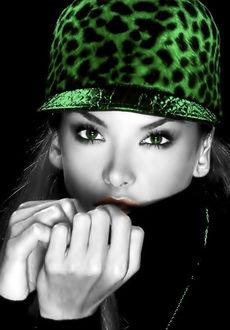 Фото Девушка с зелеными глазами и в зеленом кеппи